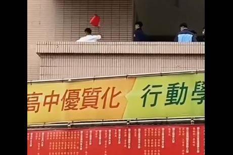 嶺東中學昨日發生校園暴力事件。(圖取自臉書社團「爆料公社(官方粉專專屬)」)