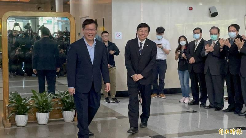 交通部長交接,林佳龍(左)以「你是我的兄弟」祝福,王國材(前右)則回應「每天唱《囚鳥》」。(記者鄭瑋奇攝)