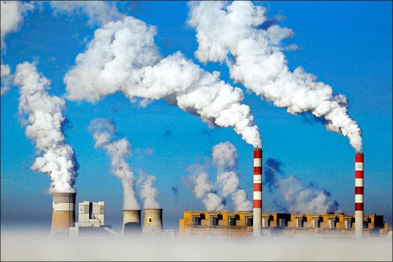 美國國務卿布林肯19日表示,將力促各國減少煤炭用量,以降低二氧化碳排放。圖為波蘭一處煤炭發電廠。(路透檔案照)
