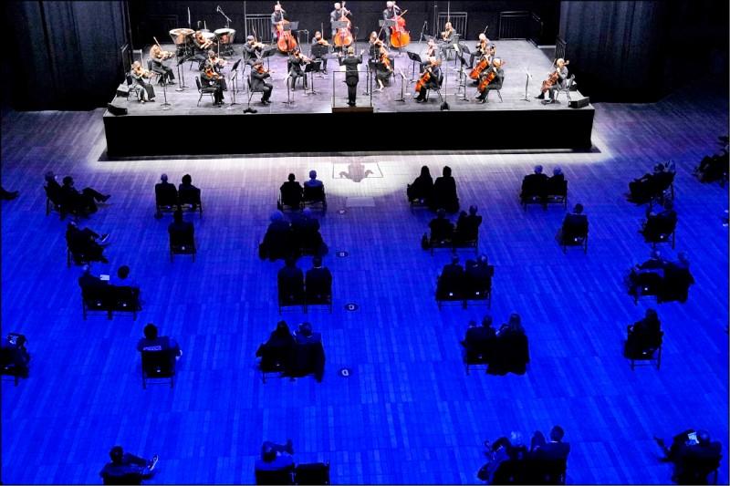 紐約愛樂管弦樂團4月14日在紐約演出。(美聯社)