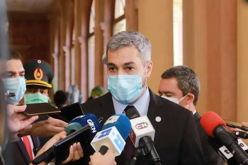 巴拉圭總統阿布鐸20日在總統府受訪,表示拒絕中國以疫苗威脅外交。(取自巴國總統府推特)