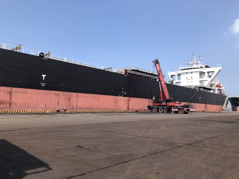 中國籍船員倒在煤艙,送醫不治。(記者洪定宏翻攝)
