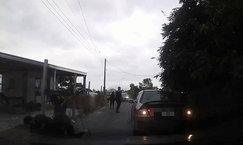 警方攔截到莊男後將其壓制在地。(記者陳賢義翻攝)