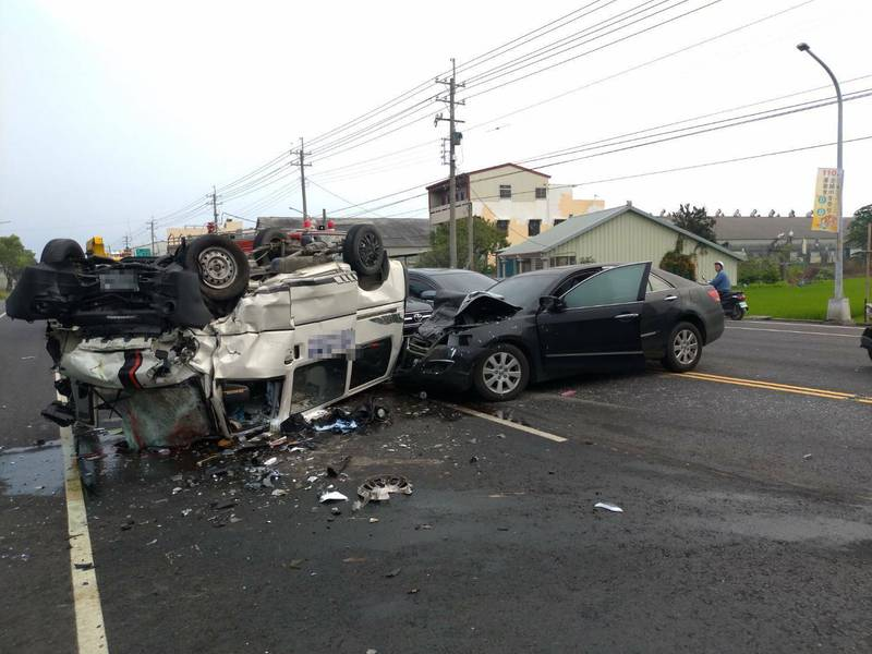 雲林台一丁線莿桐國中附近今天早上發生4車追撞事故,造成5人受傷送醫。(讀者提供)