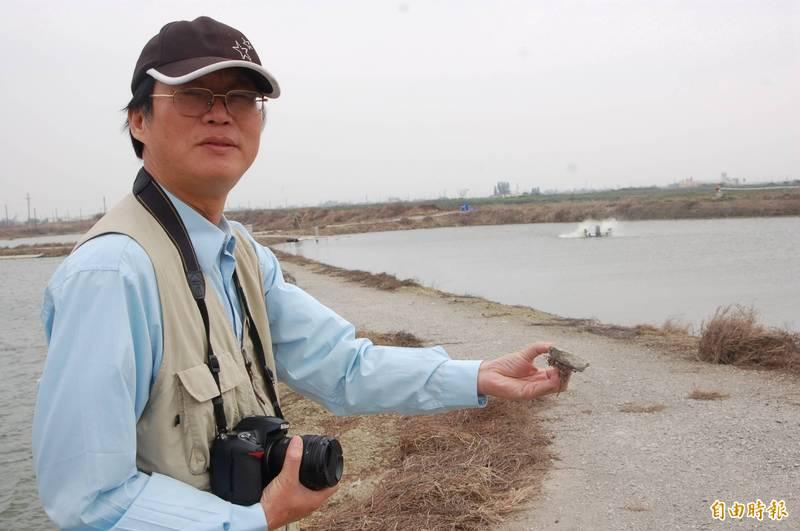 黃煥彰說,很多事業廢棄物假再利用之名,卻沒被妥善的製造成安全的產品就直接埋入魚塭與農地之中。(記者蔡文居攝)