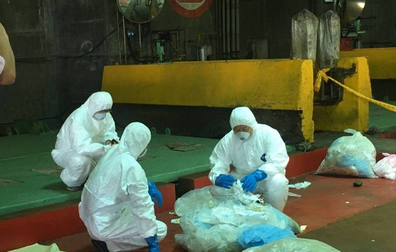 北市環保局查獲業者違法載運醫療廢棄物。(北市環保局提供)
