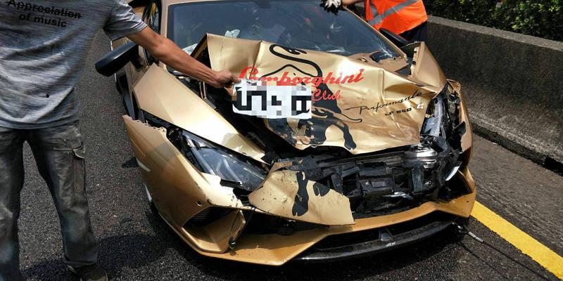 2部藍寶堅尼在國道擦撞,因是價值不斐的超跑,引起矚目。(民眾提供)