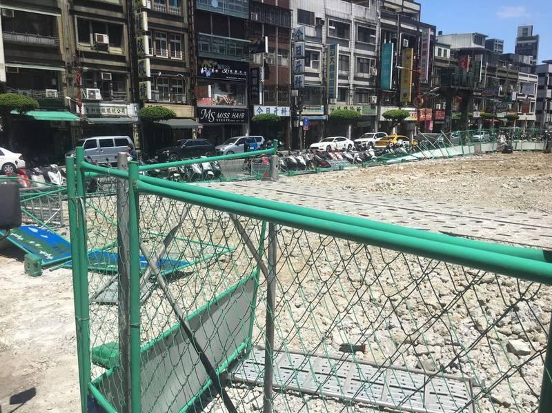 新北市板橋黃石市場工地圍籬突然倒塌,所幸沒有造成人員傷亡。(市議員何博文提供)