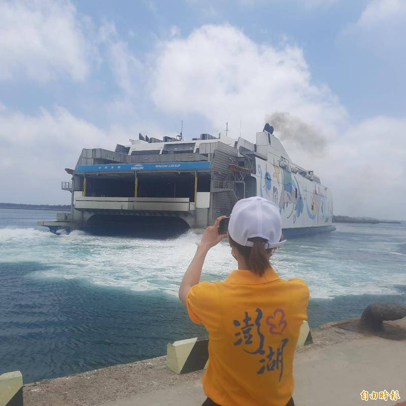 澎湖藍色公路新增生力軍,麗娜輪1週3班台南安平至馬公航線。(記者劉禹慶攝)