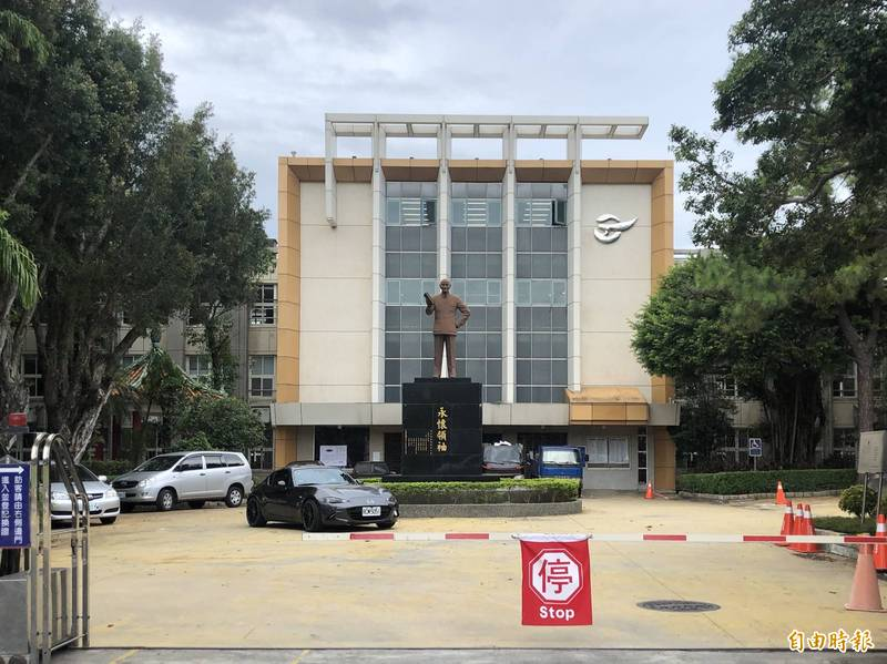 台北市所轄公共空間威權象徵蔣介石銅像現有94座。圖為市立大直高中校內蔣介石銅像。(記者陳鈺馥攝)