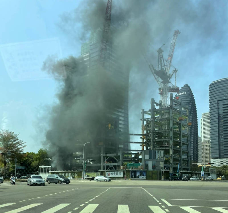 圖中興建中大樓下午傳火警,大量濃煙直衝天際。(擷取自記者爆料網)