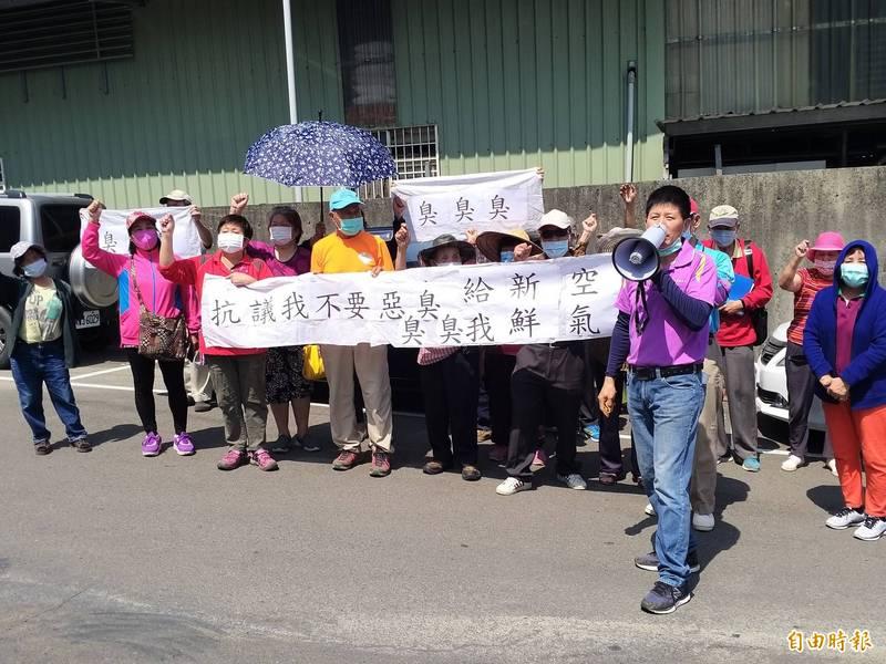 新竹縣新埔鎮內立里民近30人今天上午聚集在金屬科技公司前方,拉白布條抗議工廠長期不定時排放惡臭,鄰居深受其害。(記者廖雪茹攝)