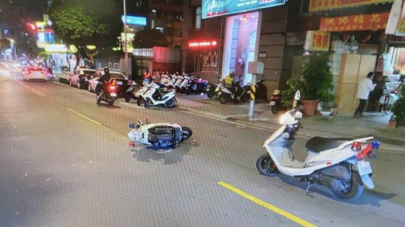 新北市永和警分局新生派出所員警昨晚9時許騎車執勤,在所前車道遭一名鄭姓騎士追撞。(記者闕敬倫翻攝)