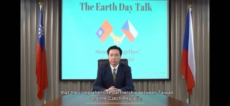 布拉格市政府今(21)與我駐捷克代表處合辦「台捷氣候變遷減緩及循環經濟圓桌論壇」。圖為我國外交部長吳釗燮開幕致詞。(外交部提供)