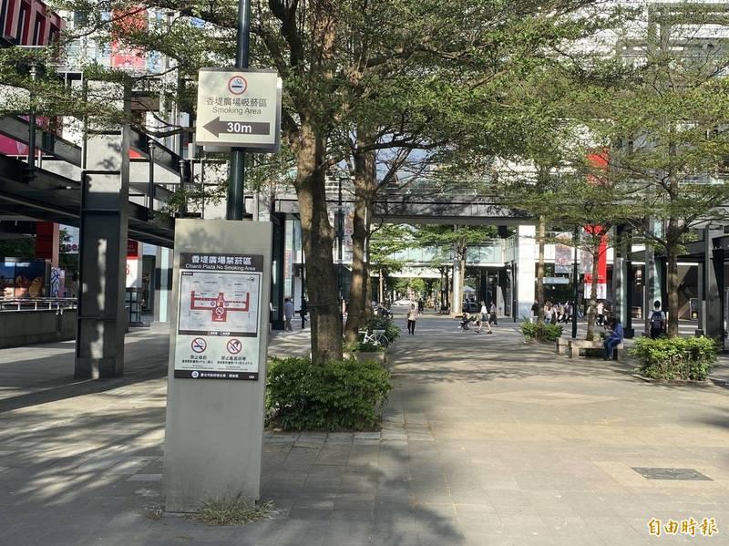 台北市政府於2016年推動首座禁菸商圈「香堤廣場」,但北市議員秦慧珠認為,市府宣導不彰,也未積極取締,形同虛設。(記者鄭名翔攝)