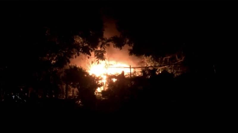 北市信義路五段150巷底山區晚間發生火警,火煙一度猛烈。(記者姚岳宏翻攝)