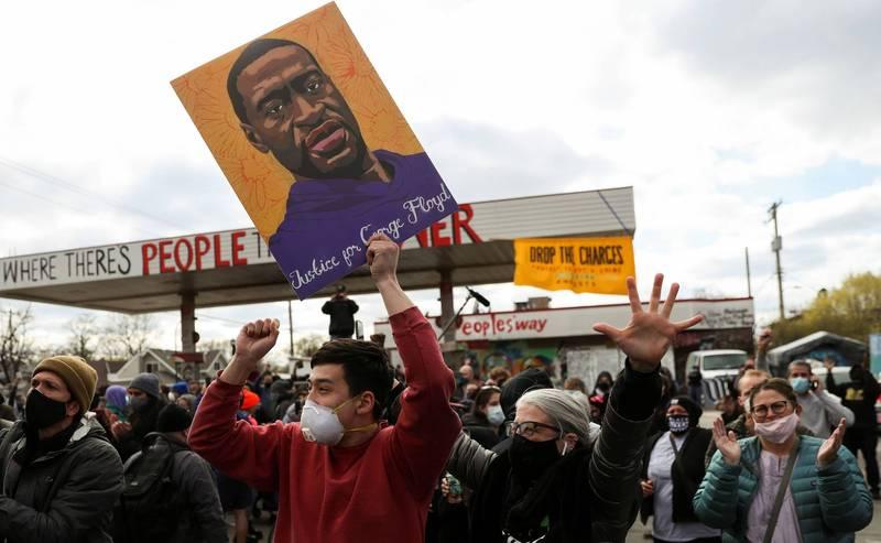 判決出爐後,民眾在明尼亞波里斯市的佛洛伊德廣場上歡呼、鼓掌。(路透)