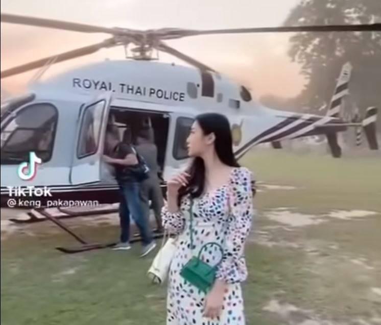 耶科帶著愛妻搭上警用直升機。(圖片截取自Youtube)