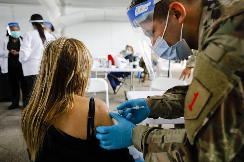 武漢肺炎疫情持續惡化,各國加速疫苗接種。(彭博)