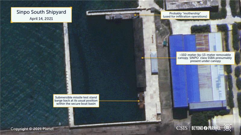 「Beyond Parallel」網站今日發布衛星影像分析報告,稱北韓南浦市海軍造船廠的潛射飛彈試驗駁船出現可疑活動,指船中央的圓柱形物體很可能是飛彈發射管。(擷取自「Beyond Parallel」網站)