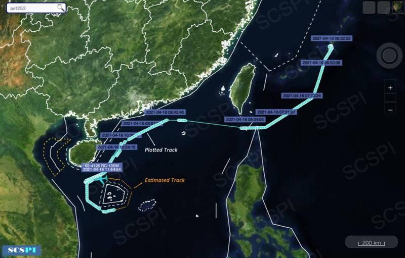 美國空軍1架RC-135W偵察機今早從日本沖繩起飛,經台灣東部空域後,由巴士海峽進入南海偵查。(圖擷自SCS Probing Initiative推特)