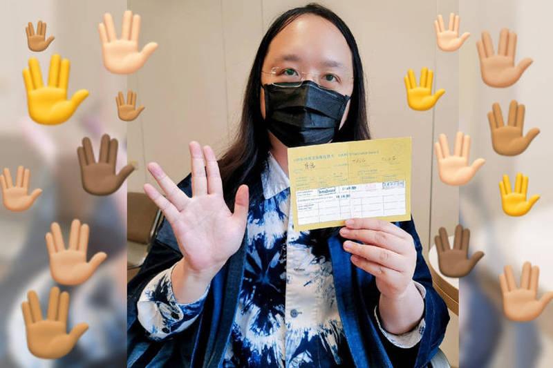 網友在看到唐鳳的貼文後,也紛紛模仿他,貼出「外星手勢」emoji和他互動。(圖取自臉書「唐鳳」;本報合成)