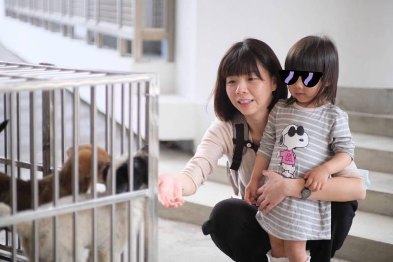 洪慈庸(右二)感嘆,希望等到她女兒20多歲時,面對的是更友善的社會。(資料照,洪慈庸提供)