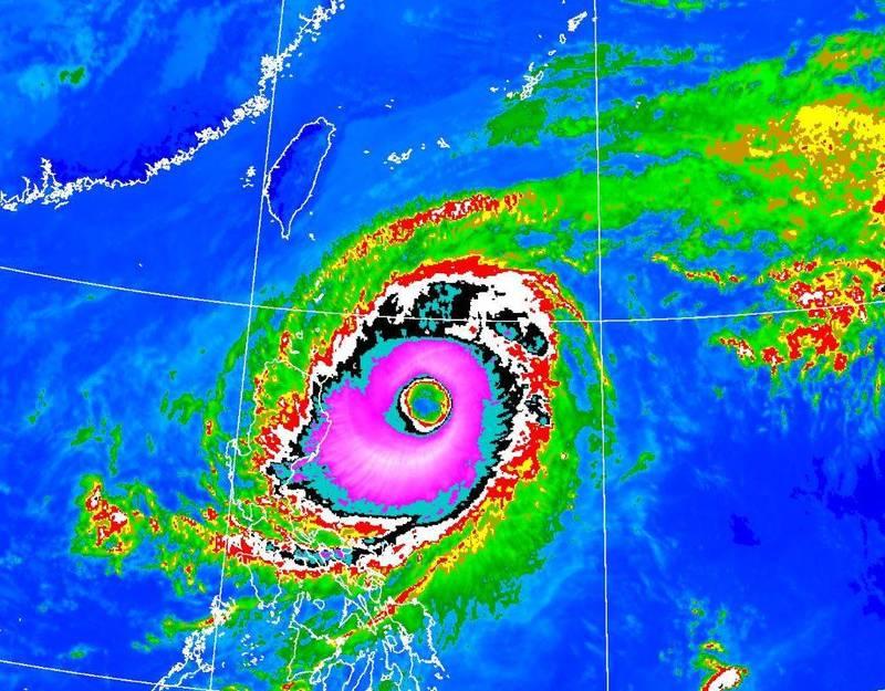 中度颱風舒力基現在發展出一個巨大颱風眼,鄭明典PO出色調強化雲圖戲稱「像草莓口味甜甜圈」。(圖擷自中央氣象局)