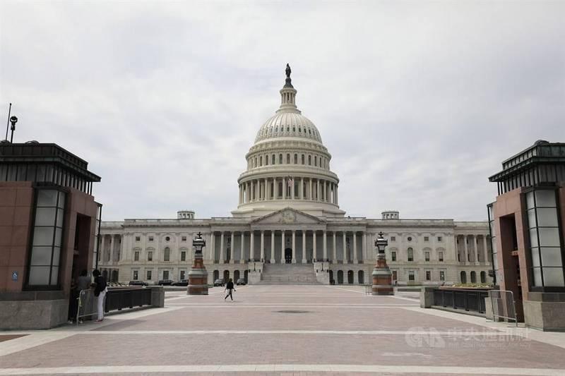 美國跨黨派參議員8日提出「戰略競爭法案」。參院外委會21日將審查法案,料將順利通過。圖為美國國會外觀。(中央社)