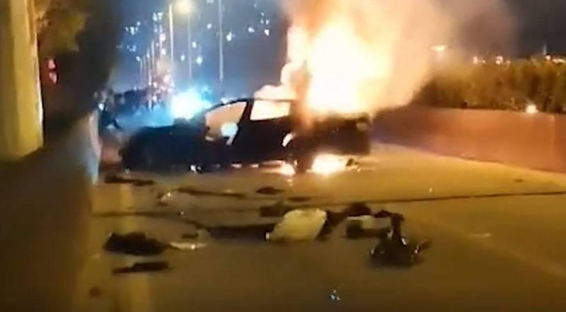 廣州一名男子駕駛特斯拉發生車禍,乘客當場身亡,還引發火燒車。(圖取自微博)