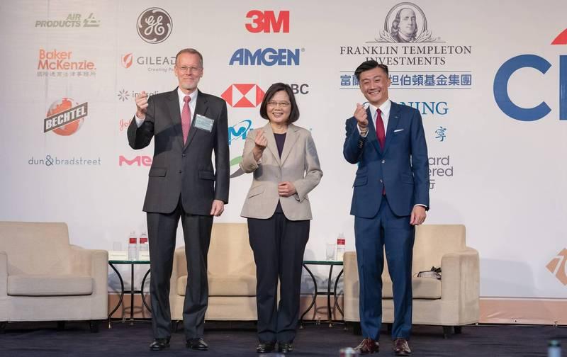 總統蔡英文今晚參加台灣美國商會謝年飯,右為會長金奇偉,左為美國在台協會台北辦事處長酈英傑。(圖擷取自蔡英文臉書)