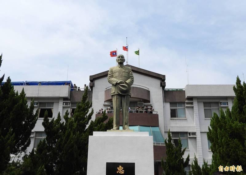 國防部認為,營區不屬「公共空間」,會依促轉會建議處置兩蔣銅像,非僅「拆除」單一選項。(資料照)