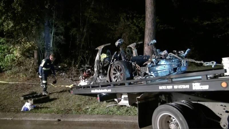 美國德州休士頓發生一起特斯拉自撞路樹起火燃燒的意外,造成車上2人不幸身亡。(路透)