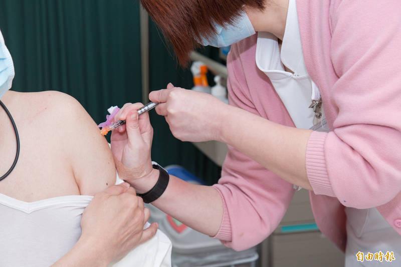 中央流行疫情指揮中心今天宣布,本月23日起,開放第五、第六類武漢肺炎公費疫苗接種對象可開始接種,包括警察、憲兵、社福、長照人員等。示意圖。(記者張軒哲攝)