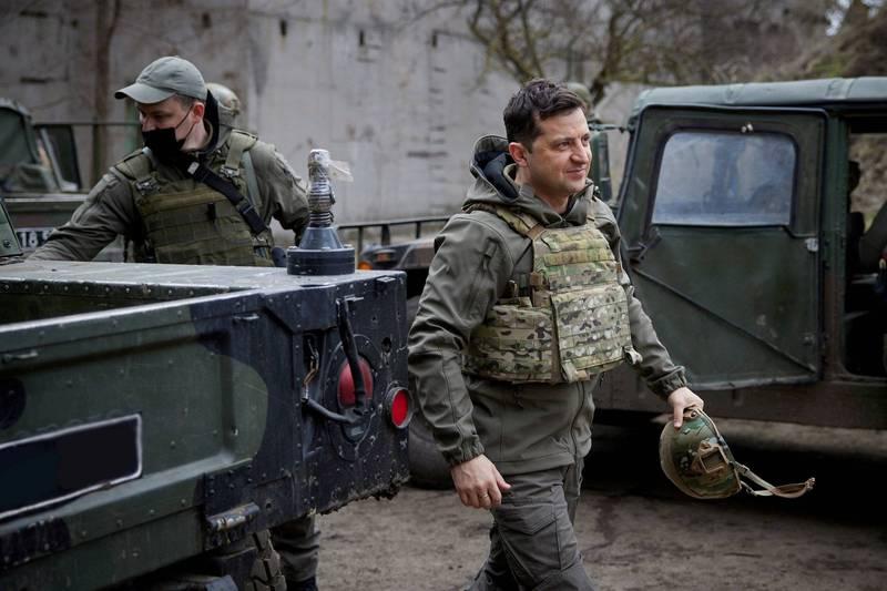 烏克蘭總統澤倫斯基(右)邀請普廷前往頓巴斯衝突現場會談。(路透)