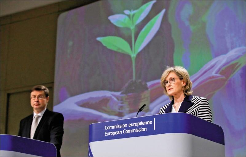 歐盟執委會主管經貿事務的副主席杜姆布羅夫斯基斯(Valdis Dombrovskis)與金融事務委員麥金尼斯(Mairead McGuinness),二十一日在歐盟會議後召開記者會。(路透)