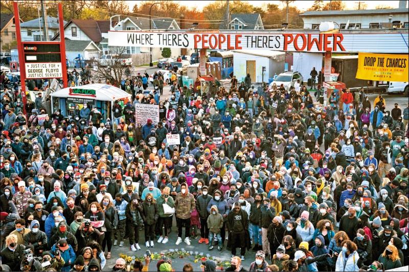 佛洛伊德遭壓頸的現場也聚集眾多抗議人士。(美聯社)