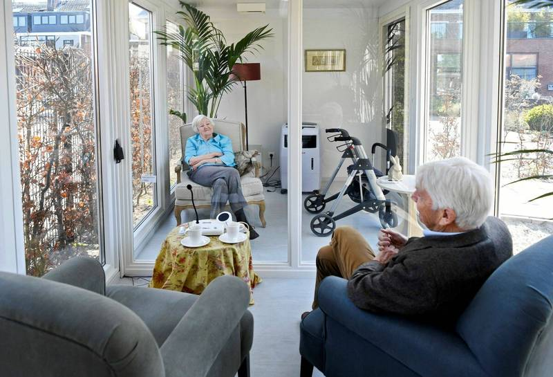 荷蘭一名男子去年4月新型冠狀病毒疫情,探視住在失智症老人安養中心的太太。(路透檔案照)