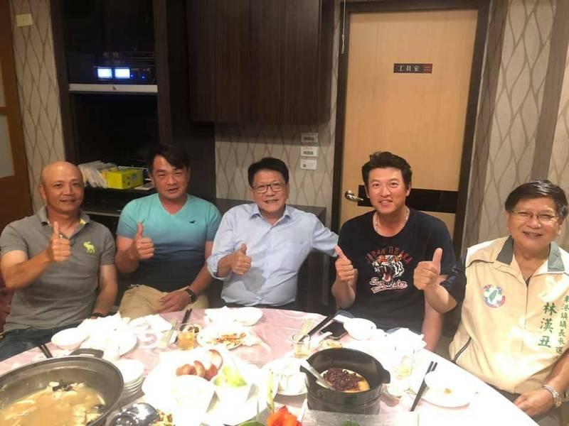 左起林明憲、彭政閔、潘孟安及王建民,昨天到東港品嘗黑鮪,林漢丑介紹東港漁業文化。(圖取自林漢丑臉書)