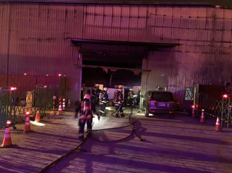台中市大里區西湖路一處工廠今天凌晨發生火警。(記者何宗翰翻攝)