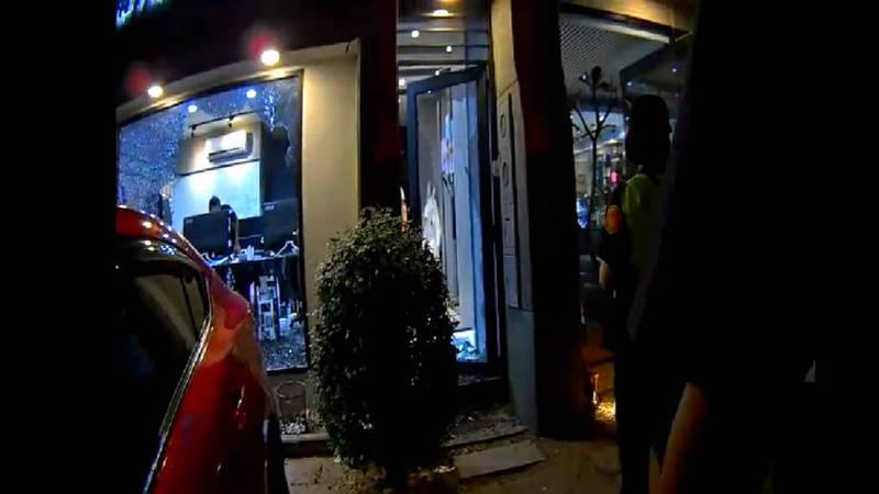 疑珠寶買賣糾紛4男砸網拍直播精品店,造成店家和4車毀損警追緝中。(民眾提供)