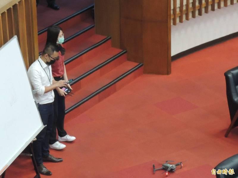 消防隊員20分鐘前接到無人機飛行任務,竟是到議會示範。(記者王榮祥攝)
