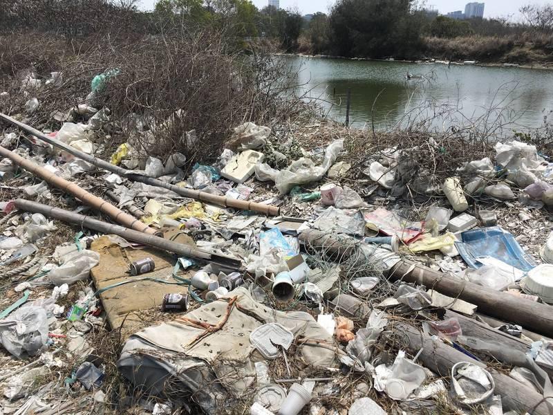 在漁光島沙灘的另一側,卻是滿地垃圾令人不忍卒睹。(圖由晁瑞光提供)