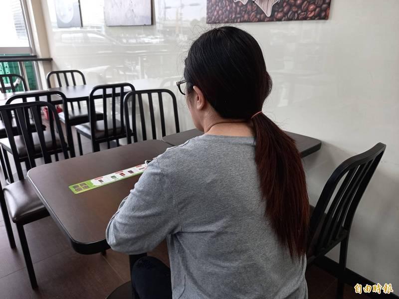 宜蘭縣劉小姐今天出面受訪,指她檢舉藥頭,卻遭陳姓偵查佐性侵及販賣安非他命。(記者江志雄攝)