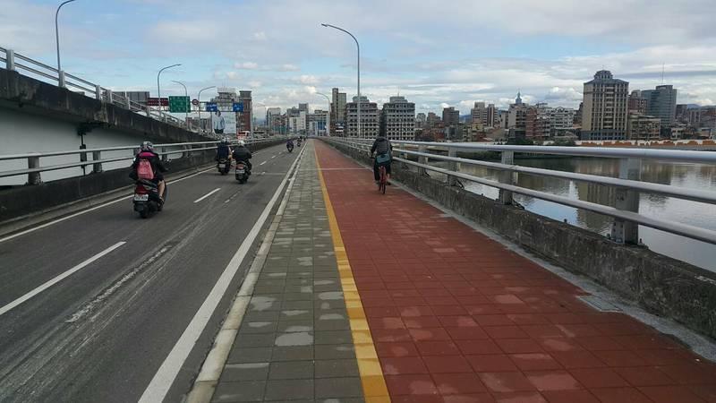 台北橋機車道將於4月23日至25日兩天夜間10點至隔天上午6點,進行鋪面更新工作。(新北市政府工務局提供)