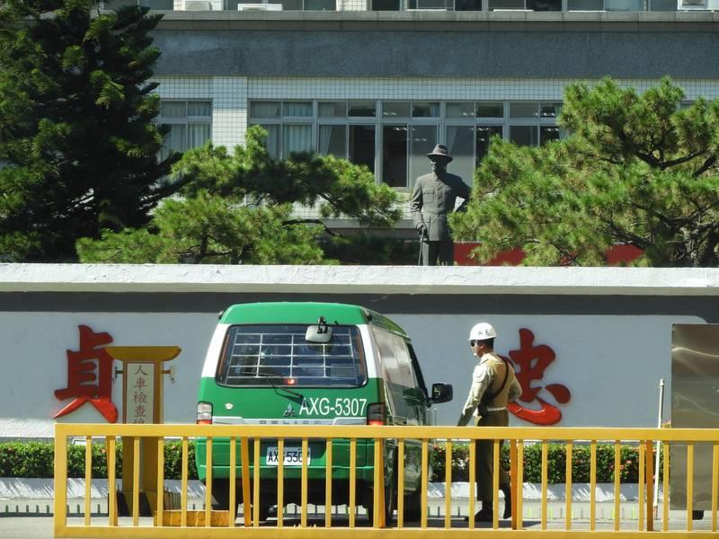 台北市憲兵指揮部大門口一座戴帽的蔣介石銅像尚未清除,民眾在林森北路上清楚可見。(資料照)