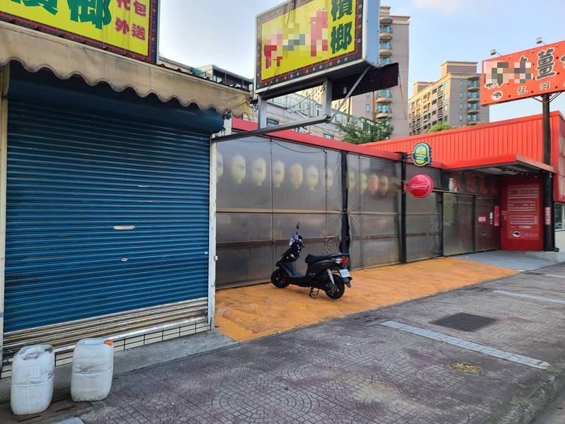 檳榔西施遭兇殺案現場檳榔攤與薑母鴨店今天都大門深鎖。(記者余瑞仁翻攝)