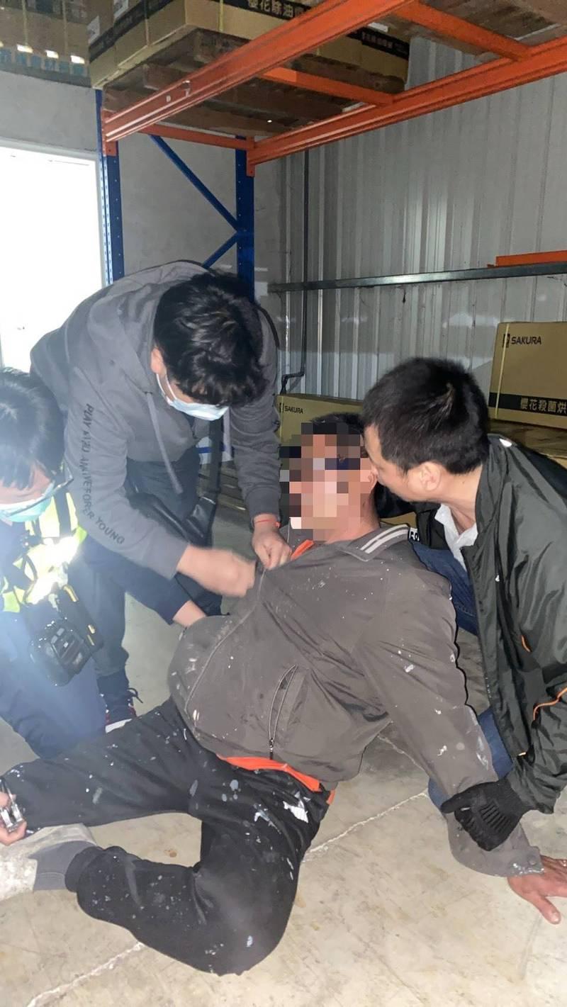 警方昨晚循線逮捕涉嫌殺害檳榔西施女友的的曾姓油漆工。(記者余瑞仁翻攝)
