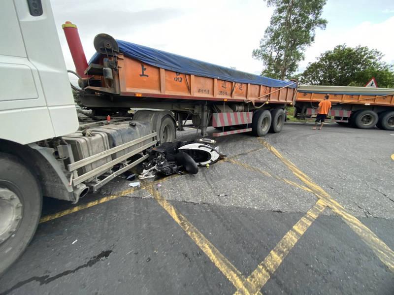 機車被大卡車輪壓過,車頭全毀。(記者蔡昀容翻攝)