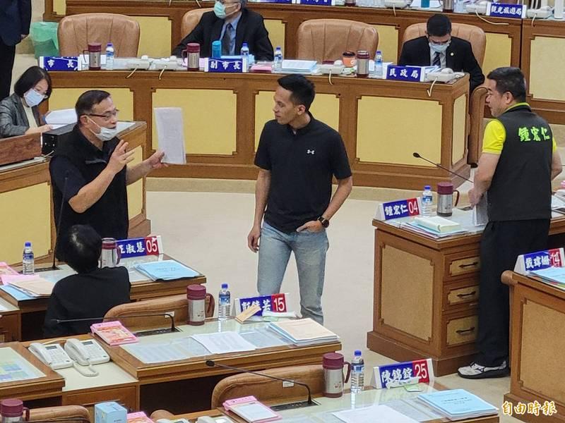 新北市警察局長黃宗仁(左)利用大會休息時間,向議員說明「新北市錄影監視系統設置管理自治條例」立法的過程。(記者何玉華攝)